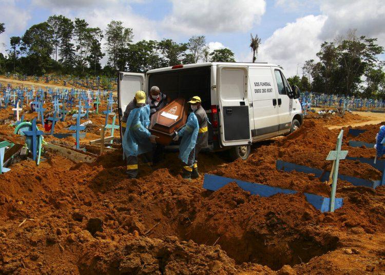 Trabajadores de un cementerio cargan un féretro en Manaos, en el estado brasileño de Amazonas, el 6 de enero de 2021. Foto: Edmar Barros/AP.