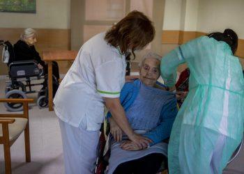Una enfermera administra la vacuna de coronavirus de Pfizer-BioNTech a una residente del hogar de ancianos DomusVi en Leganés, España, el miércoles 13 de enero de 2021. Foto: Manu Fernández/AP.