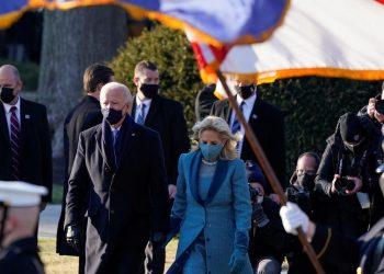 El presidente Joe Biden y la primera dama, Jill Biden, ingresan a la Casa Blanca caminando, el 20 de febrero. | Foto: Mark Makela / Pool