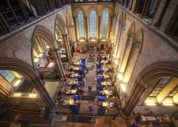 La catedral de Salisbury, Inglaterra, donde se ofrecerán vacunas contra el coronavirus. Foto: Steve Parsons/AP.