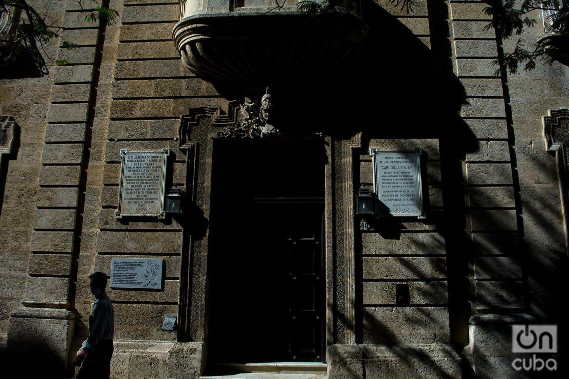 Edificio de la la antigua Academia de Ciencias Médicas, Físicas y Naturales de La Habana, en la Calle Cuba. Foto: Otmaro Rodríguez.