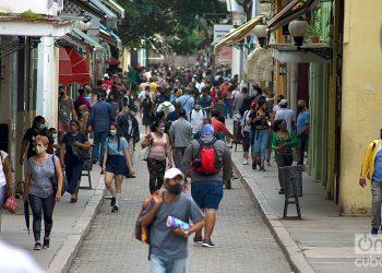 Personas en la calle Obispo, de La Habana, durante el rebrote de la COVID-19 en enero de 2021. Foto: Otmaro Rodríguez.