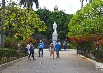 Estatua de Carlos Manuel de Céspedes en la Plaza de Armas de La Habana Vieja. Foto: Otmaro Rodríguez.