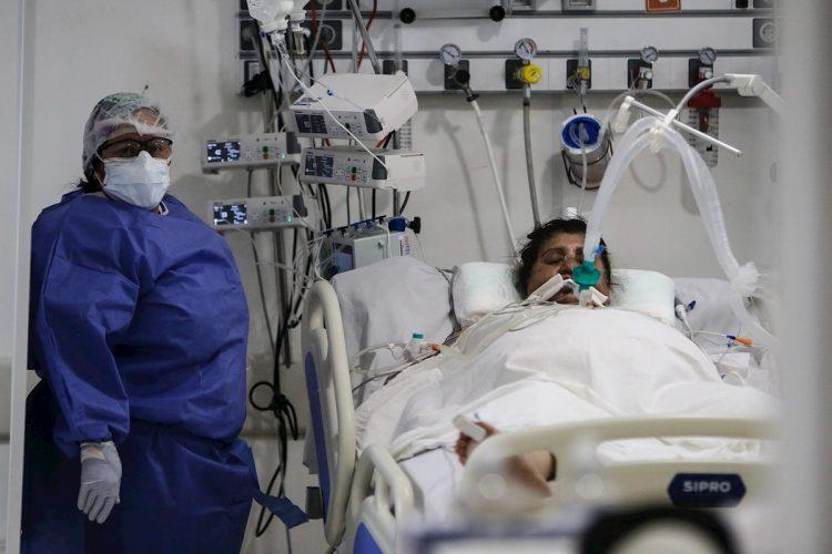 Personal de la Salud realiza un control a un paciente de la COVID-19, en un hospital de la provincia de Buenos Aires, Argentina. Foto: EFE/Juan Ignacio Roncoroni/Archivo.