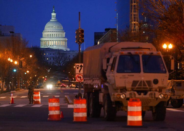 Un camión militar permanece en un puesto de control en Washington el sábado 16 de enero de 2021, como parte de los preparativos para la ceremonia de asunción presidencial de Joe Biden. Foto: Patrick Semansky/AP.