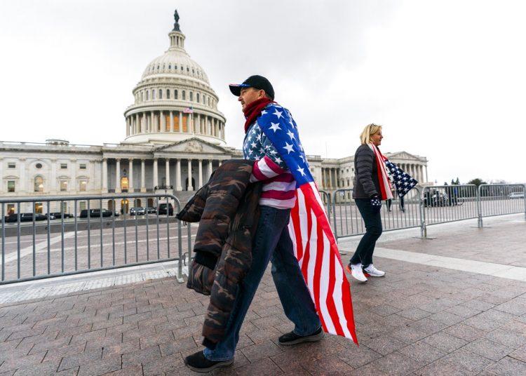 Un simpatizante del presidente Trump camina frente al Capitolio el martes 5 de enero de 2021. Foto:  Manuel Balce Ceneta/AP.