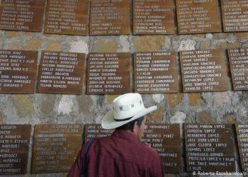 Tarjas con los nombres de los campesinos asesinados en El Mozote, El Salvador. Foto: Deutsche Welle.