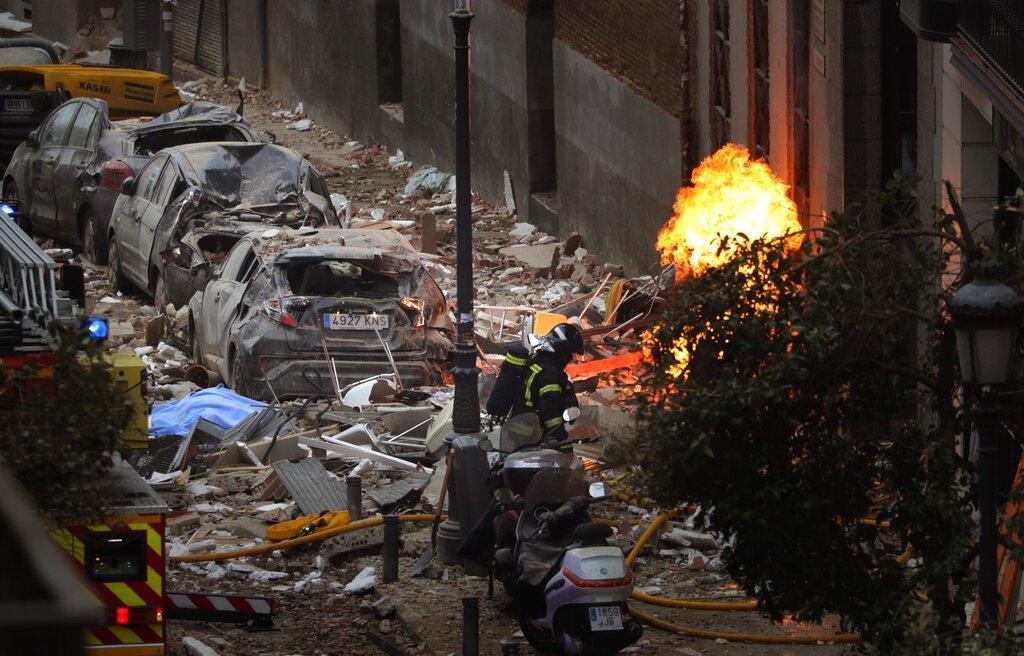 Bomberos trabajan para sofocar un incendio junto a un edificio dañado por una explosión en el centro de Madrid, el miércoles 20 de enero de 2021. Foto: AP/Manu Fernández.
