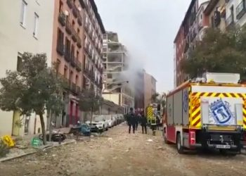 En esta imagen de un video provisto por Emergencias Madrid, bomberos acuden al escenario de una explosión en el centro de Madrid, miércoles 20 de enero de 2021. Foto: Emergencias Madrid via AP.