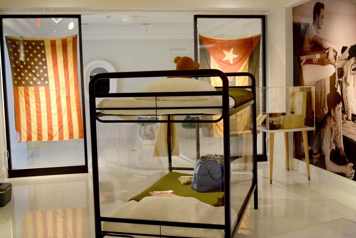 """Fotografía de objetos que hacen parte de la exposición """"Operation Pedro Pan: The Cuban Children's Exodus"""", hoy en el Museo Americano de la Diáspora Cubana. Foto: EFE/Jorge Ignacio Pérez."""