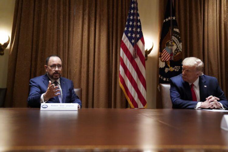 El administrator de Goya Foods, Roberto Unanue, en una audiencia con el ex presidente Donald Trump, en junio pasado en la Casa Blanca. | Foto Evan Vucci / AP (Archivo)