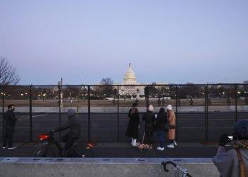 Personas junto a una valla de seguridad alrededor del Capitolio de Estados Unidos el miércoles 13 de enero de 2021 Foto: Shafkat AnowarAP.