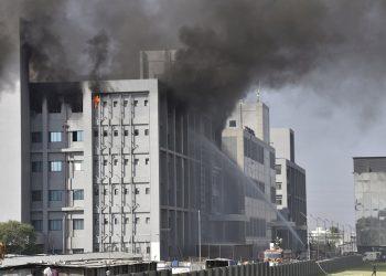 Bomberos tratan de extinguir las llamas en la principal fabrica de vacunas de la India. Foto: EFE/EPA/STR.