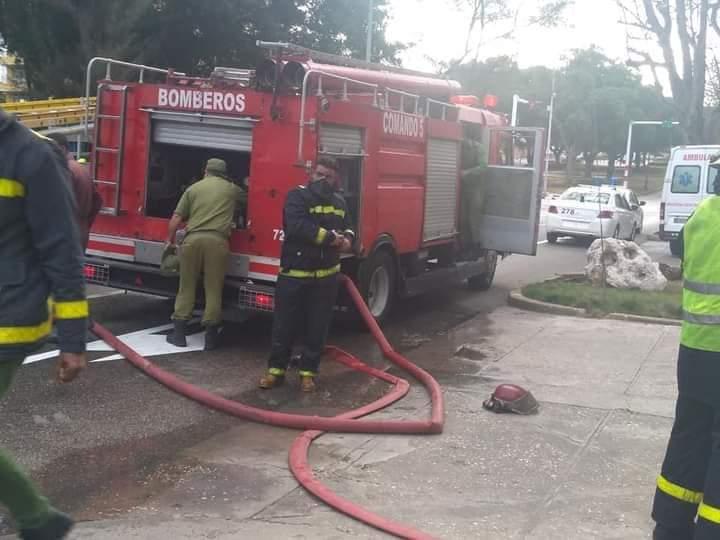 Cuerpo de bomberos sofoca incendio en el parqueo de un edificio en el barrio de El Vedado, en La Habana. Foto: perfil de Facebook de Asamblea Municipal de Plaza de la Revolución.