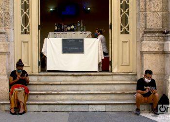 Personas conectadas a internet en la entrada de un punto de venta. Foto: Otmaro Rodríguez