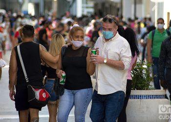 Personas en la calle, durante el rebrote de la COVID-19 en La Habana, en enero de 2021. Foto: Otmaro Rodríguez.