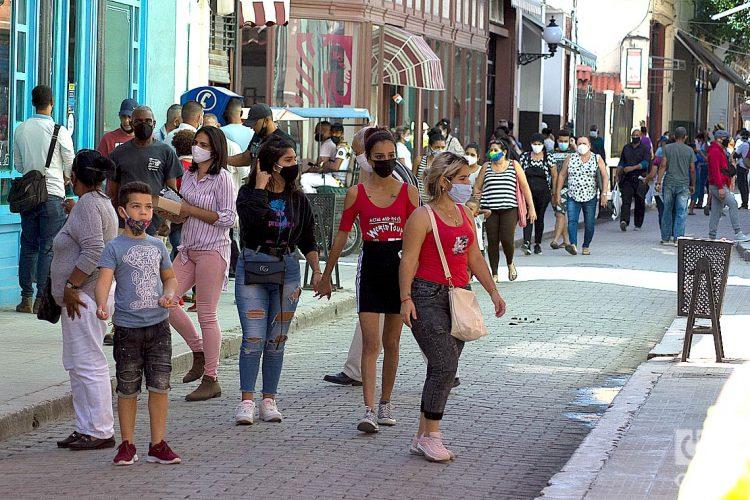 Personas en la calle, durante el rebrote de la COVID-19 en La Habana en 2021. Foto: Otmaro Rodríguez / Archivo.