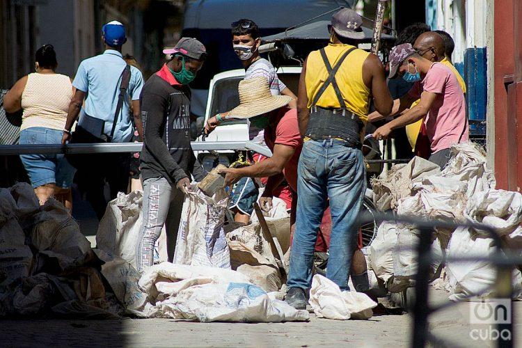 Hombres trabajando durante el rebrote de la COVID-19 en La Habana, en enero de 2021. Foto: Otmaro Rodríguez.