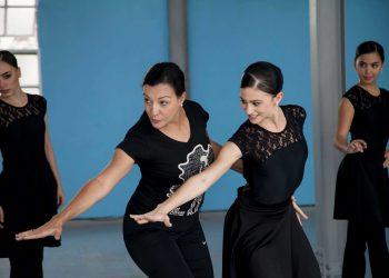 La maestra Lizt Alfonso con tres de sus bailarinas. Foto: OnCuba Travel.