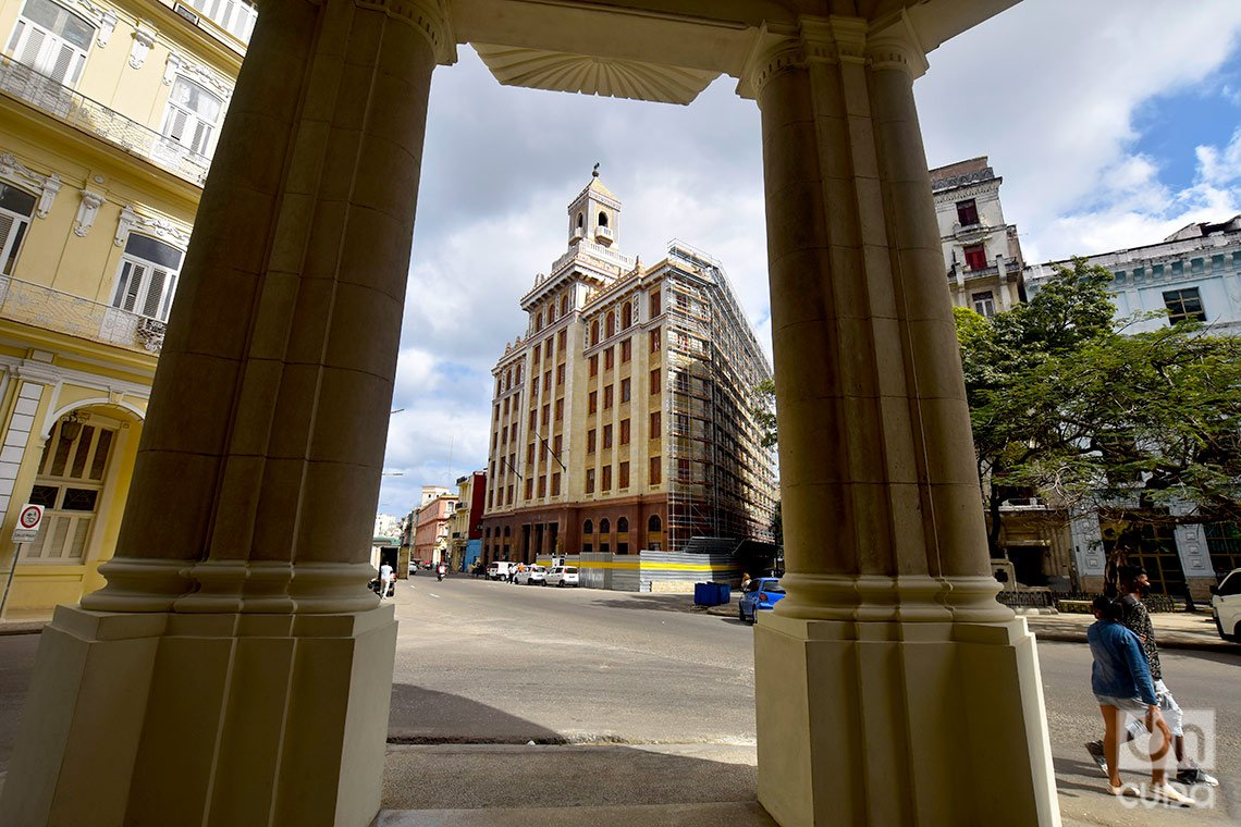 Edificio Bacardí (detrás), en la calle Monserrate, o Avenida de Bélgica, en La Habana. Foto: Otmaro Rodríguez.