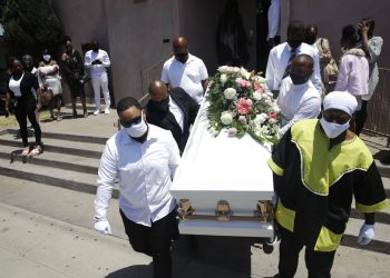 Fotografía de archivo del 21 de julio de 2020 de dolientes cargando un ataúd con el cuerpo de Lydia Núñez, quien falleció de COVID-19, después de un funeral en la iglesia bautista Metropolitan, en Los Ángeles. Foto: AP/Marcio José Sánchez/Archivo.