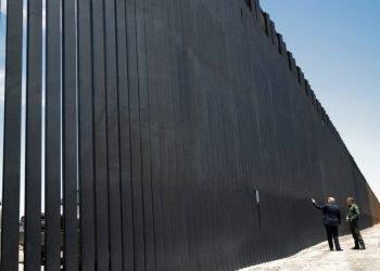 El expresidente Donald Trump visitando el muro. Foto: Marca.