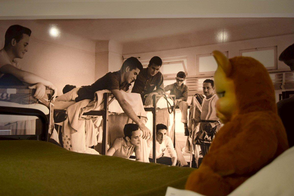 """Fotografía de objetos que hacen parte de la exposición """"Operation Pedro Pan: The Cuban Children's Exodus"""", hoy en el Museo Americano de la Diáspora Cubana en Miami, Florida. Foto: EFE/Jorge Ignacio Pérez."""