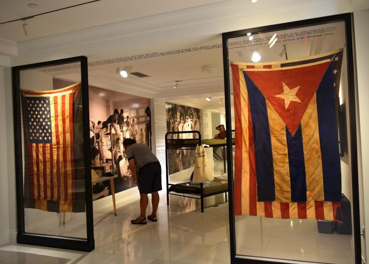 """Una mujer observa objetos que hacen parte de la exposición """"Operation Pedro Pan: The Cuban Children's Exodus"""", en el Museo Americano de la Diáspora Cubana en Miami, Florida. Foto: EFE/Jorge Ignacio Pérez."""