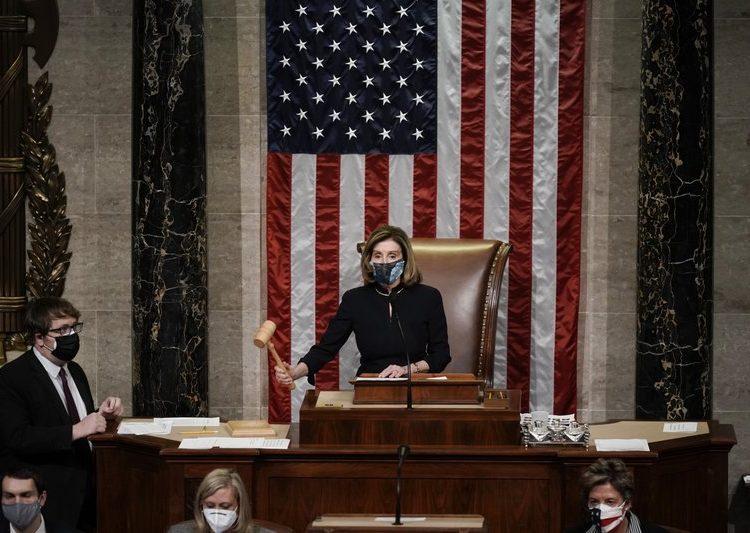 Nancy Pelosi en los momentos finales de votación en la Cámara. Foto: Scott Applewhite/AP.
