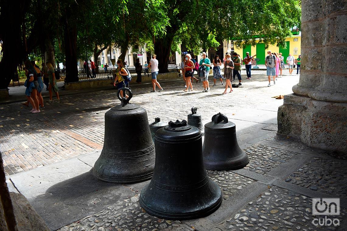 Visitantes en la Plaza de Armas, en La Habana Vieja. Foto: Otmaro Rodríguez.