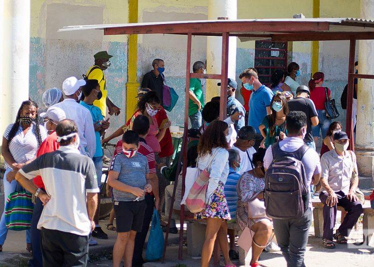 Personas en una parada de ómnibus urbanos durante el rebrote de la COVID-19 en La Habana, en enero de 2021. Foto: Otmaro Rodríguez.
