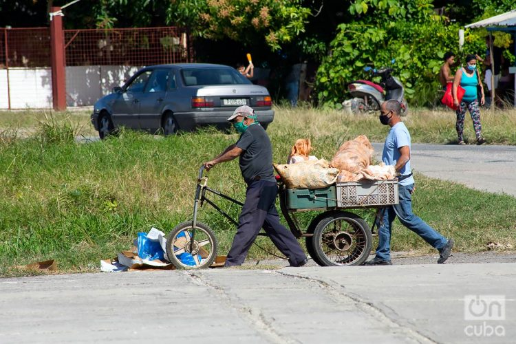 Personas transportan mercancías durante el rebrote de la COVID-19 en La Habana, en enero de 2021. Foto: Otmaro Rodríguez.