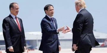 El senador Marco Rubio, saluda al ex presidente Donald Trump, en presencia del congresista Mario Díaz-Balart, durante una visita a Tampa. | Foto: Pedro Pablo Monsivais / AP (Archivo)