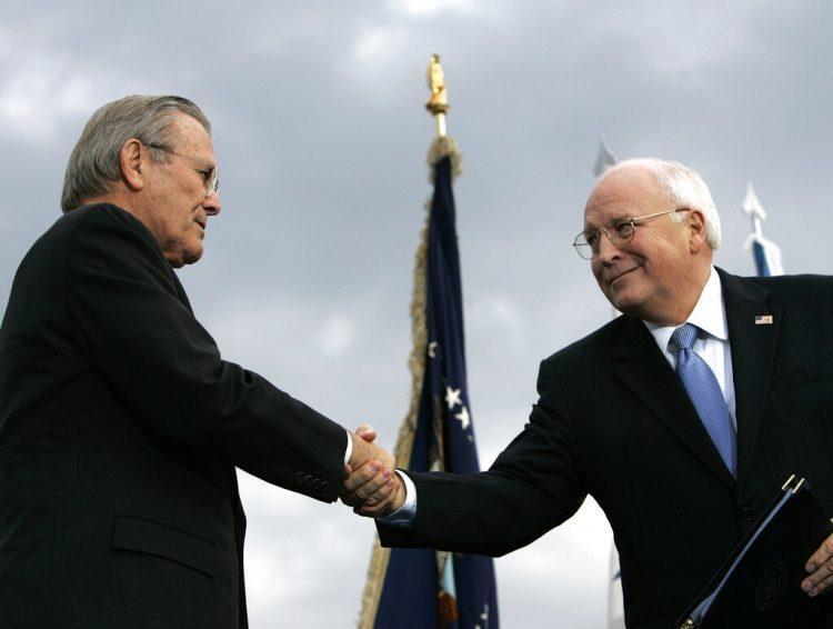 El secretario saliente de Defensa en 2006, Donald H. Rumsfeld, izquierda, estrecha  manos con el vicepresidente Dick Cheney durante un acto de homenaje al primero en el Pentágono. Foto: Pablo Martínez Monsivais/AP/Archivo.