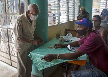 Un anciano paga por sus alimentos en un establecimiento del SAF en La Habana. Foto: cubadebate.cu