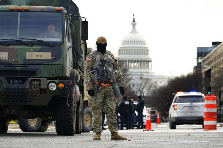 Un elemento de la Guardia Nacional vigila en un camino bloqueado afuera del Capitolio al tiempo que las medidas de seguridad se refuerzan antes de la ceremonia de investidura del presidente electo Joe Biden, el lunes 18 de enero de 2021, en Washington. Foto: AP/Matt Slocum.