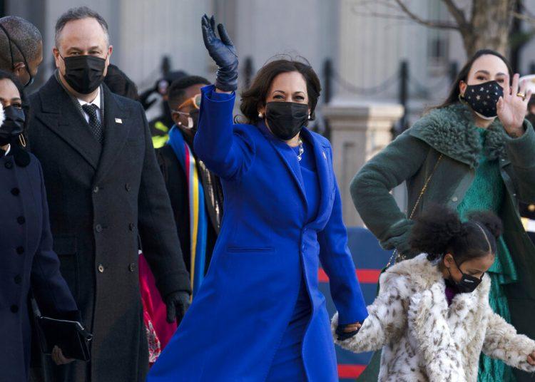 La vicepresidenta Kamala Harris, su esposo, Doug Emhoff, y familiares caminan por la Casa Blanca. Foto: J. Luis Magana/AP.