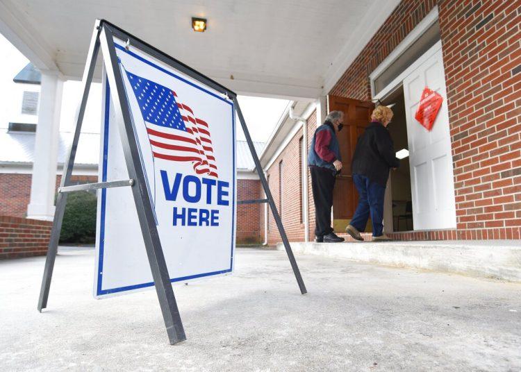 Unas personas ingresan a un centro de votación en Dawnville, Georgia, el martes 5 de enero de 2021. Foto: Matt Hamilton/Chattanooga Times Free Press vía AP.