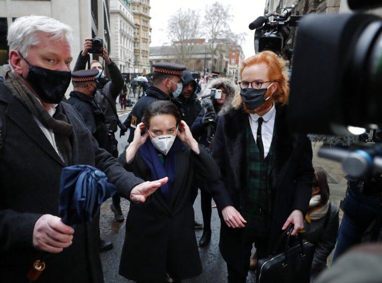 Stella Moris, novia de Julian Assange, ajusta su mascarilla a su llegada al Tribunal Penal Central, también conocido como Old Bailey, el lunes 4 de enero de 2021, en Londres. Foto: Frank Augstein/AP.