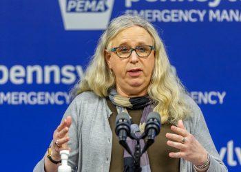 En esta foto del 29 de mayo del 2020, la secretaria de Salud de Pensilvania doctora Rachel Levine se reúne con la prensa en las oficinas dela agencia de emergencias del estado en Harrisburg, la capital. Foto: Joe Hermitt/The Patriot-News via AP.