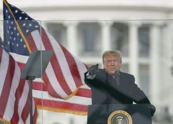 El expresidente Donald J. Trump alienta a sus seguidores a dirigirse hacia el Congreso, en un discurso el 6 de enero. Foto: Evan Vucci / AP.