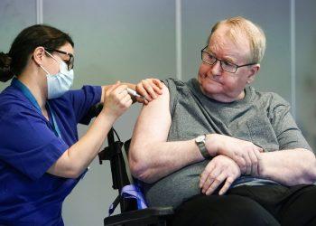 La enfermera Maria Golding vacuna a Svein Andersen, en Oslo, la primera persona en Noruega en recibir la vacuna contra el coronavirus, el 27 de diciembre de 2020. Foto: Fredrik Hagen/NTB via AP/Archivo.