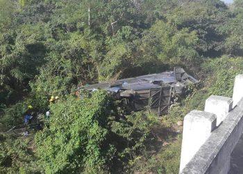 Un ómnibus de transportación especial perdió el control en la Autopista Nacional y al menos diez personas fallecieron en el accidente. Foto: Tomada de Canal Habana.