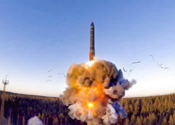 Imagen tomada de un video distribuido por el servicio de prensa del Ministerio de Defensa ruso el miércoles 9 de diciembre de 2020, de un cohete lanzado desde un sistema misil como parte de simulacros. (Servicio de prensa del Ministerio de Defensa ruso vía AP, Archivo)