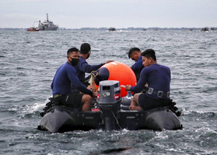 Buzos de la armada indonesia participan en la búsqueda del avión de pasajeros de Sriwijaya Air que cayó en aguas frente a la isla de Java, el domingo 10 de enero de 2021. Foto: AP.