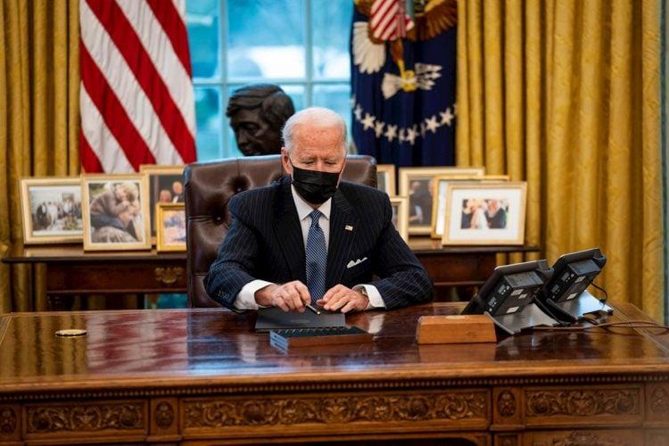 El presidente de Estados Unidos, Joe Biden, en el Despacho Oval de la Casa Blanca, en Washington (EE.UU.), el lunes 25 de enero de 2021. Foto: Doug Mills / EFE.