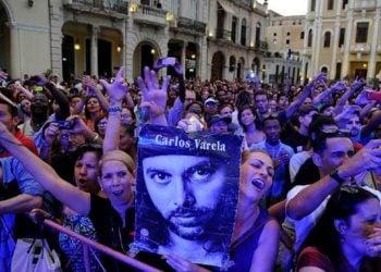 Presentación del trovador Carlos Varela en el concierto por los 70 años de relaciones entre Cuba y Canadá. Plaza Vieja, La Habana, junio de 2015. FOTO: Roberto MOREJÓN RODRÍGUEZ, vía facebook.com/CarlosVarelaOficial