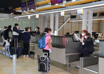Viajeros en el aeropuerto internacional Mariscal Sucre, en Quito. Foto: Elías L. Benarroch/EFE/Archivo.