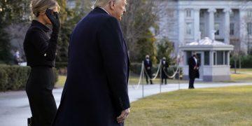 Donald Trump, por última vez como presidente de los EE.UU, y su esposa Melania, salen de la Casa Blanca, el 20 de enero de 2021. Foto: AP.