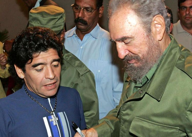 Maradona y Fidel Castro, en La Habana. Foto, vía CNN.